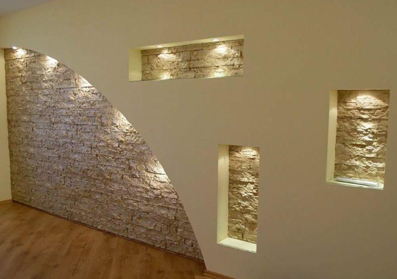 Niches dans le hall avec garniture en pierre décorative