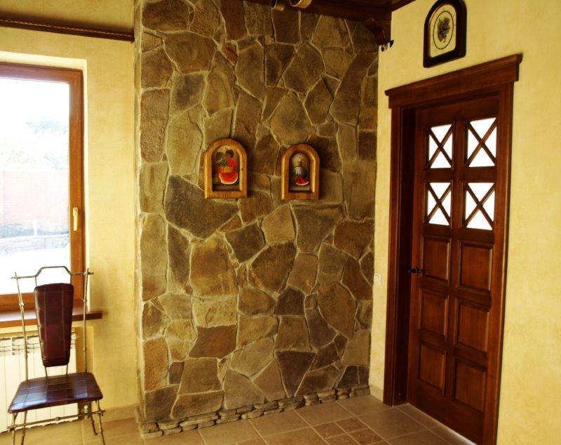 Décoration murale dans le hall d'entrée avec du grès naturel