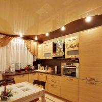 version du beau style du plafond dans la photo de la cuisine