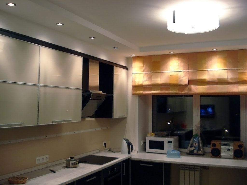 Un exemple d'intérieur de plafond de cuisine lumineux