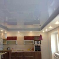 un exemple d'une conception inhabituelle d'une photo de plafond de cuisine