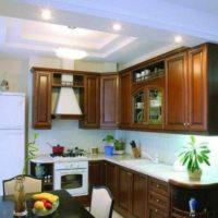 variante du design lumineux du plafond de la photo de la cuisine