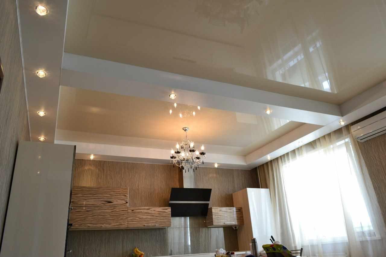 variante de l'intérieur lumineux du plafond dans la cuisine