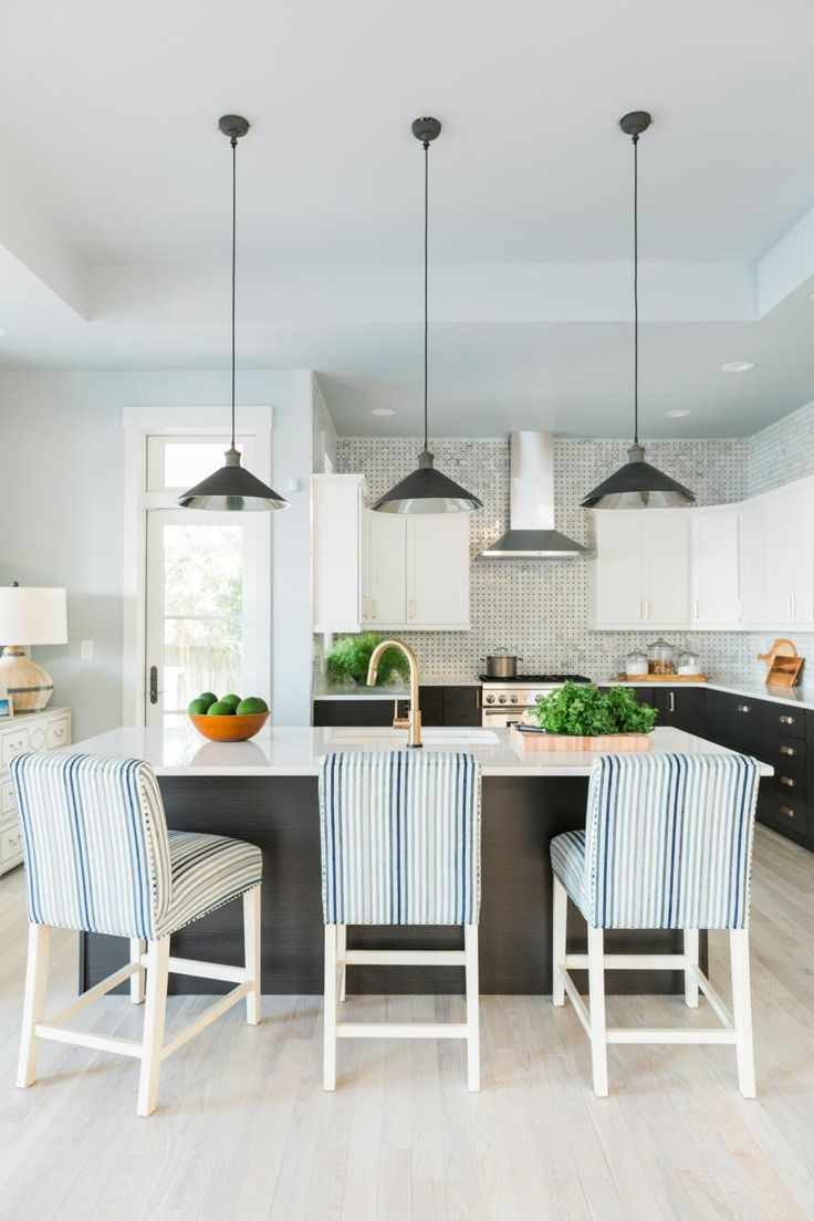 Un exemple de plafond de style léger dans la cuisine