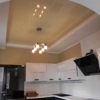 Un exemple d'image de plafond de cuisine lumineux