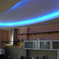 Un exemple de style de lumière d'une photo de plafond de cuisine