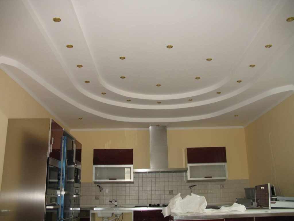 variante de l'intérieur lumineux du plafond de la cuisine