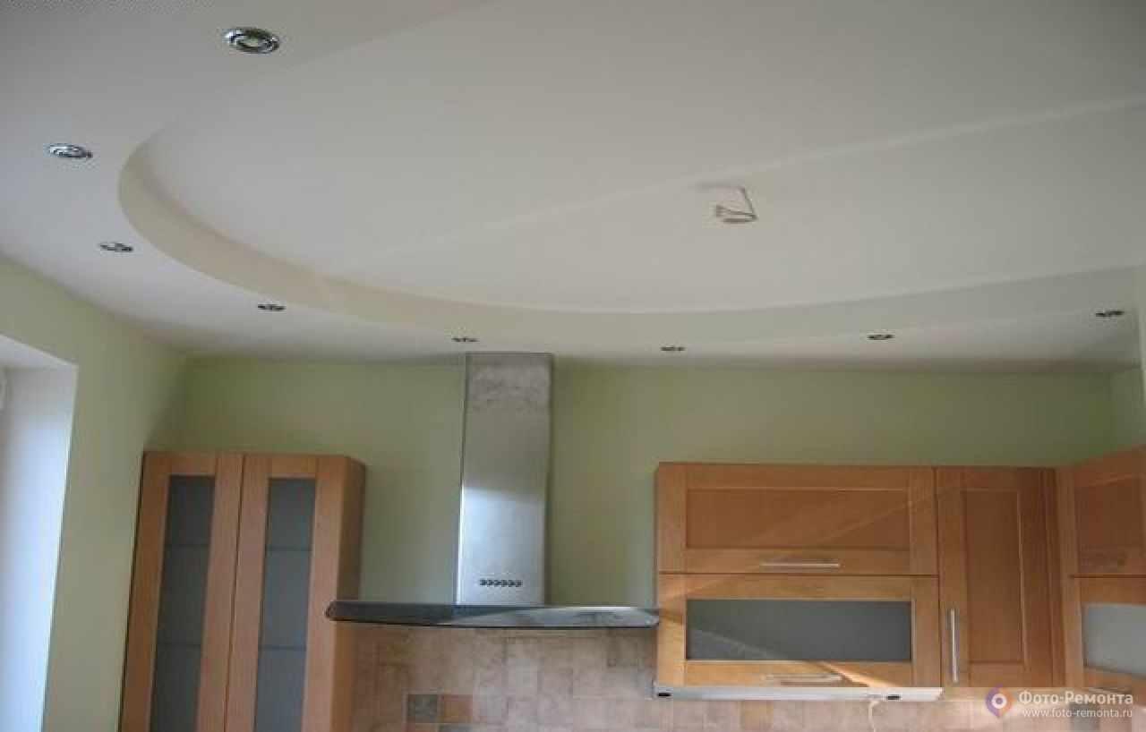 un exemple d'une conception inhabituelle du plafond de la cuisine