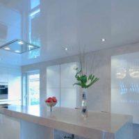 un exemple de plafond intérieur inhabituel dans la photo de la cuisine
