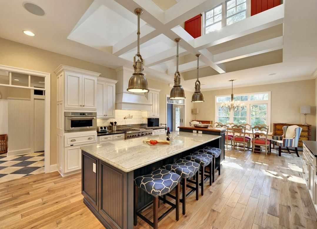 variante du style inhabituel du plafond de la cuisine