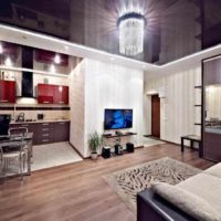 un exemple d'un intérieur inhabituel d'une image de plafond de cuisine
