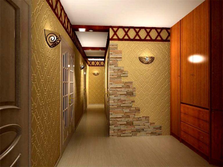 La combinaison de la pierre avec du papier peint lors de la décoration des murs du couloir