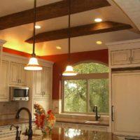 version du design inhabituel du plafond de la photo de la cuisine