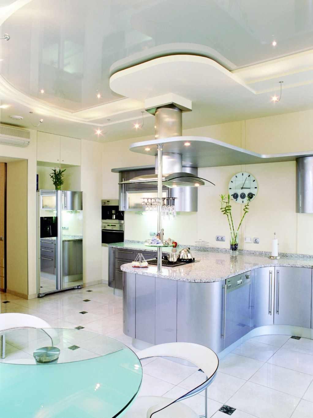 un exemple de plafond intérieur lumineux dans la cuisine