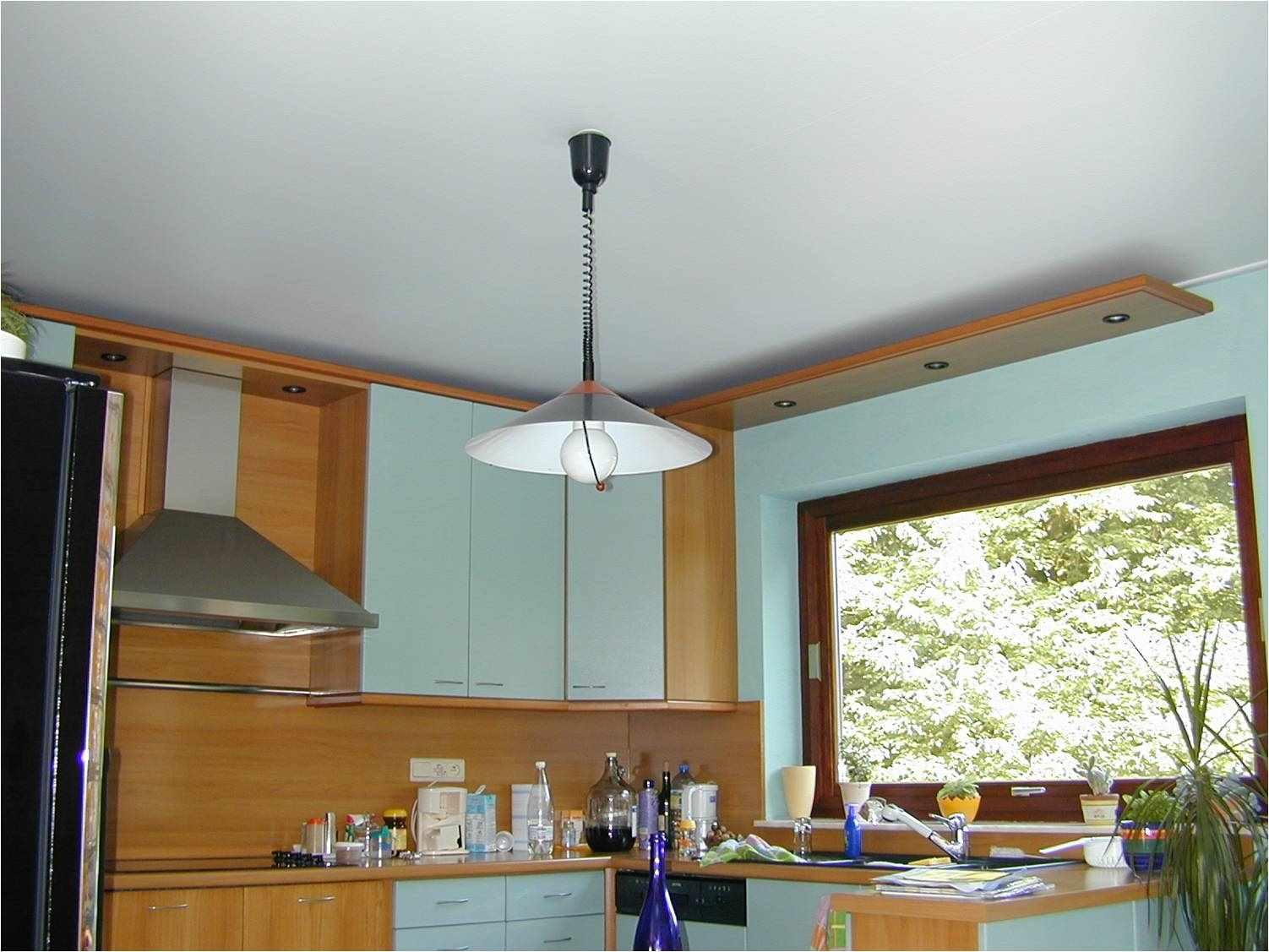 un exemple d'un intérieur inhabituel d'un plafond de cuisine