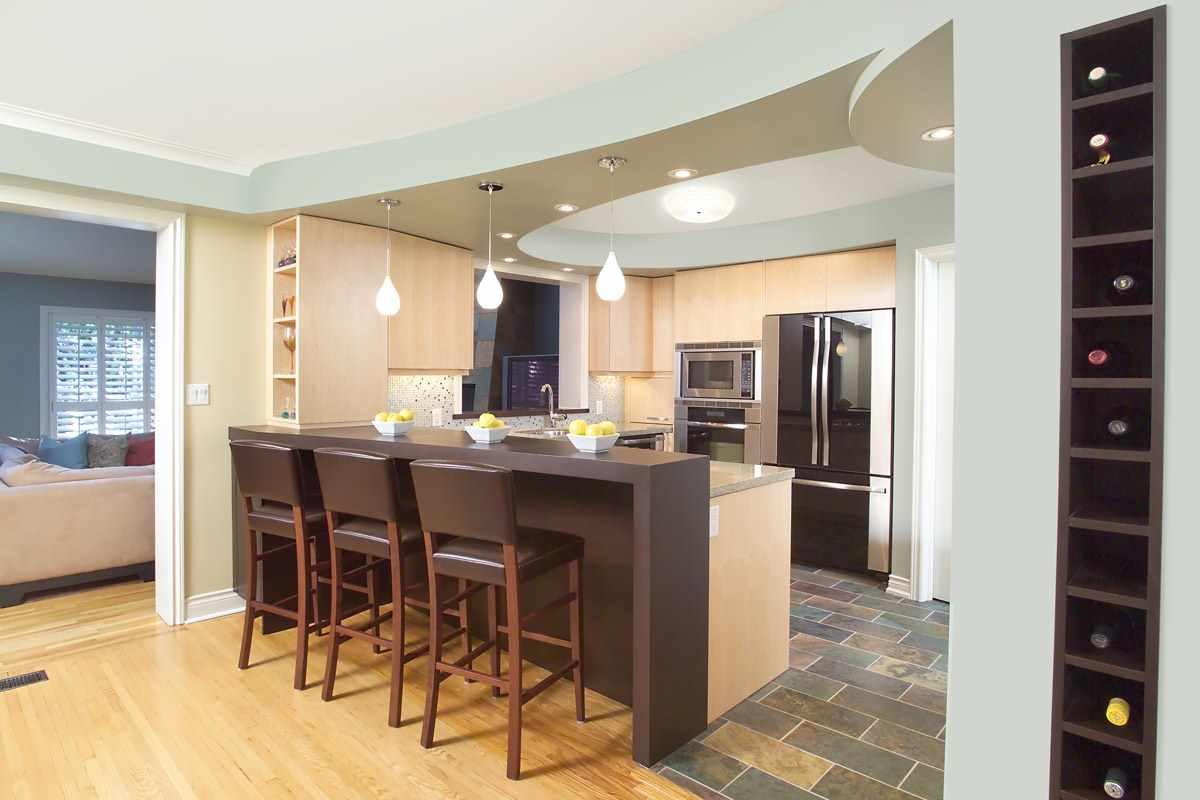 variante du style inhabituel du plafond dans la cuisine