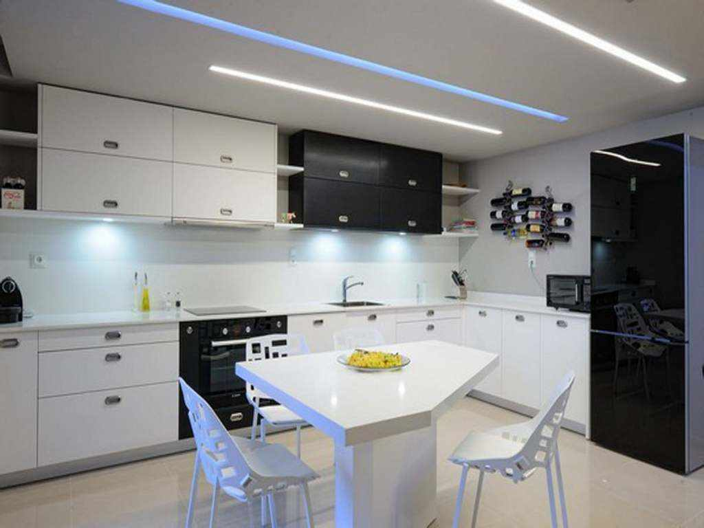 Un exemple d'une belle conception de plafond de cuisine
