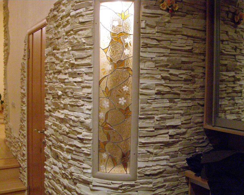 Vitrail et pierre décorative dans la conception du mur du couloir