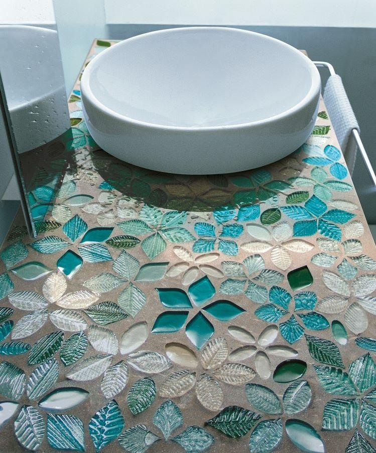 Galda virsma vannas istabā ar mozaīkas flīzēm