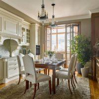 Table à manger en bois dans la cuisine-salon