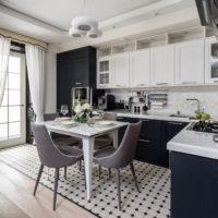 La combinaison de gris et de blanc à l'intérieur de la cuisine