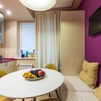 Couleur violette dans le design de la cuisine-salon