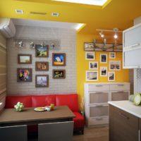 Couleur jaune à l'intérieur de la cuisine-salon