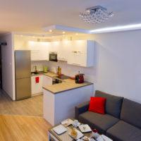 Éclairage de bricolage dans la cuisine-salon