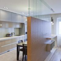 Zonage de la cuisine-salon avec une cloison décorative avec bordure en bois