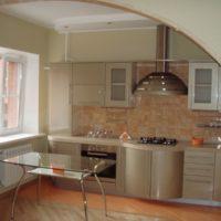 Arc à l'intérieur de la cuisine-salon