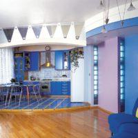 Cuisine bleue sur le podium et plancher en bois