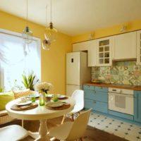 La combinaison des couleurs jaune et bleu à l'intérieur de la cuisine