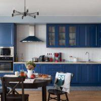 Cuisine bleue et table à manger noire