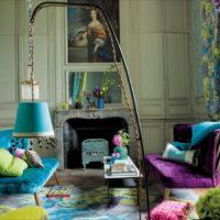Košās krāsas viesistabas interjerā