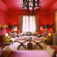 Sarkanā krāsa istabas interjerā