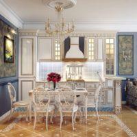 Dzīvojamās istabas dizains ar klasiskiem elementiem