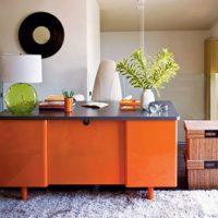 Oranžs galds istabas interjerā