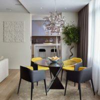 Viesistabā pelēki un dzelteni krēsli
