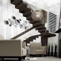 Dizainera kāpnes uz dzīvojamās ēkas otro stāvu