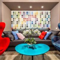 Zilas un sarkanas krāsas viesistabas dizainā