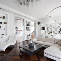 Privātmājas balta viesistaba
