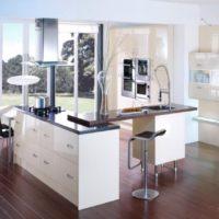 Interesanta virtuves sala privātmājas virtuvē