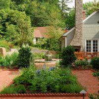 Skaists dārzeņu dārzs lauku mājas priekšā