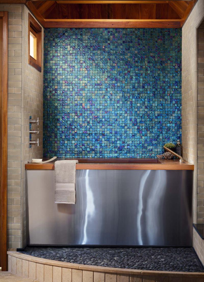 Sienu un grīdu mozaīkas dekorēšana vannas istabā