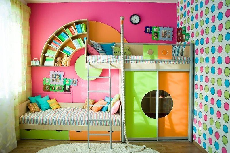Bērnu istabas interjers ar divstāvu gultu
