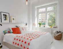 Fehér hálószoba és narancssárga párna