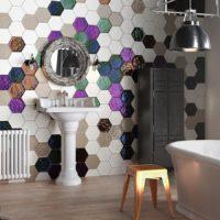 Sešstūrainu keramikas flīžu mozaīka vannas istabas dizainā