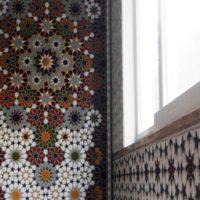Krāsains mozaīkas ornaments uz virtuves sienas