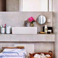Neliela mozaīkas vannas istabas apdare