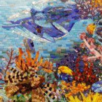 Mozaīkas panelis ar delfīnu vannas istabā